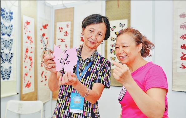 文博会上剪纸艺术吸引观众驻足。
