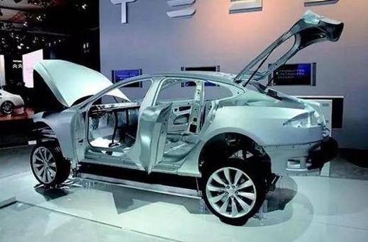 研制高性能汽车用铝合金零部件对提高我国汽车工业的国际竞争力具有举足轻重的作用,同时也将产生重大的经济和社会效益。目前铝合金件最主要的成形方式是常规压铸,该工艺具有生产效率高、成本低等优势,但是铸件致密度低,气孔和缩孔含量高,严重减低了铸件的力学性能和疲劳寿命,不能满足汽车等行业对于高质量、高性能、长寿命零部件的需求。在市场需求下,半固态压铸成形技术的推出满足了汽车制造商对零部件高质轻量的要求。