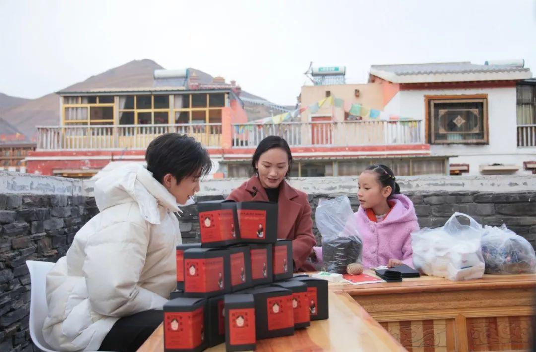 """《快乐大本营》""""心愿树""""精准扶贫推广藏茶  为牧区孩子送课桌椅"""