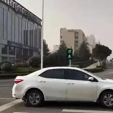 红路灯太任性?日照这个红绿灯说变就变,交警解释原因!