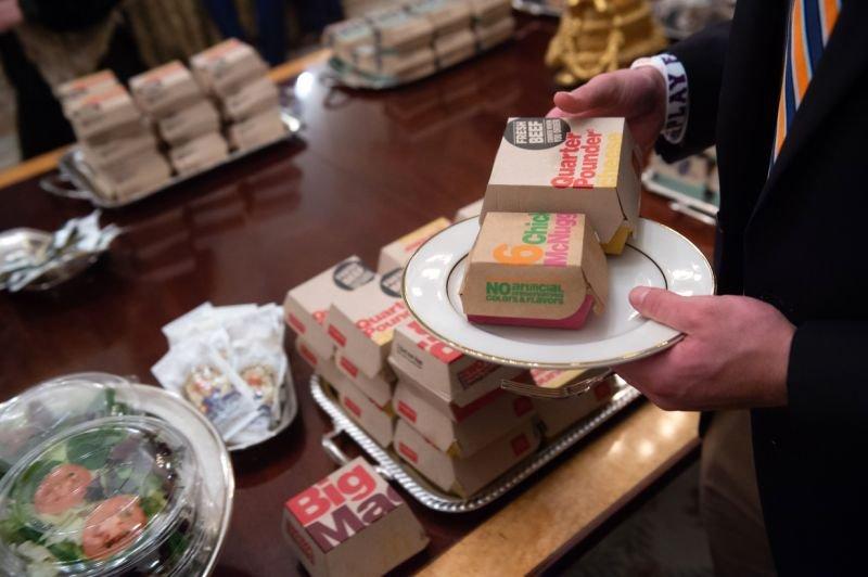 大学橄榄球队参观白宫 特朗普请客吃快餐