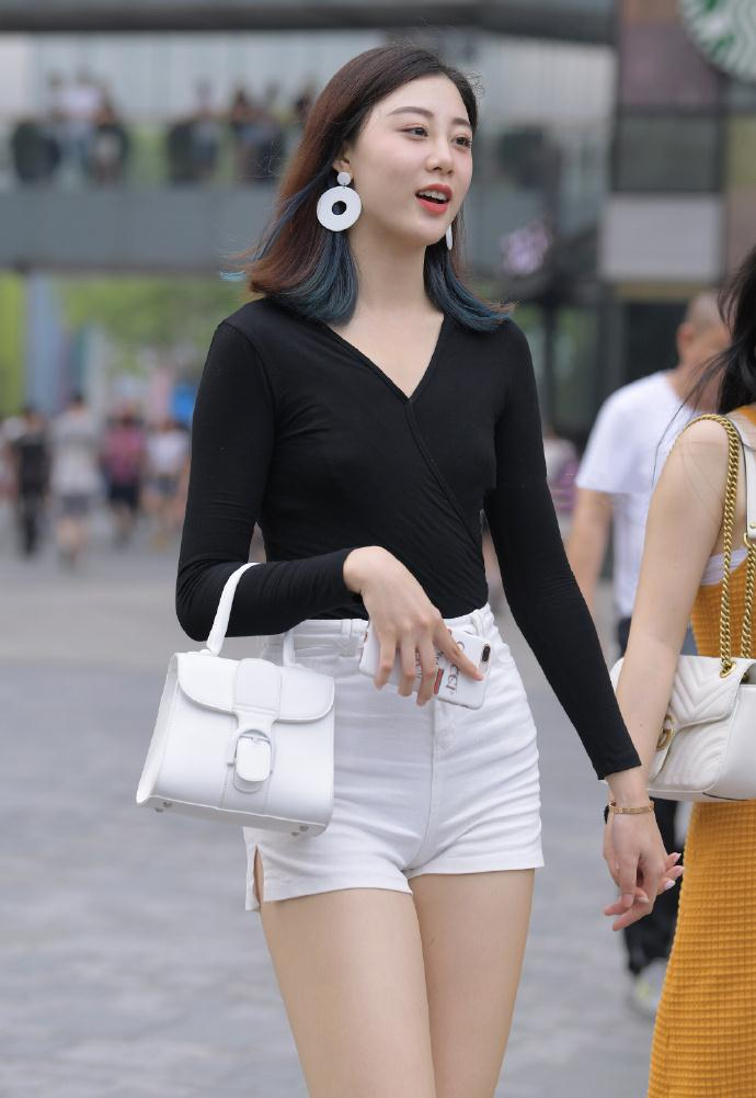高腰短裤搭配羊绒针织衫,简约俏丽有充满着时尚气质!