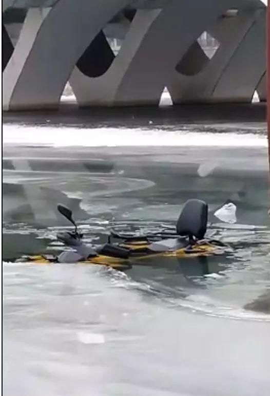 提醒|冰窟窿里惊现一辆摩托车,原来是冰场要干这事……