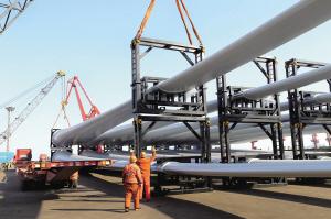 2019年1月16日,48套风电设备在江苏省连云港出口澳大利亚。这是我国首批次进入发达国家的3兆瓦以上成套大型风力发电机组。据悉,连云港港口2018年出口风力发电机组同比增长58.9个百分点。中新社发 王健民 摄