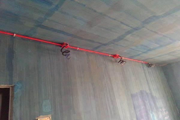 电工要是这样布电线,马上让他重新安装,不到一年必出问题!