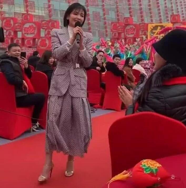 刘涛不愧是拼命三娘, 大冷天室外光脚穿凉鞋, 看着都冷!