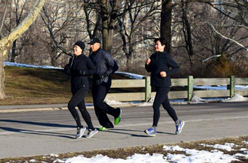 为了让跑步更舒适, 跑步服饰应该怎么穿? 看完这个你就会明白!