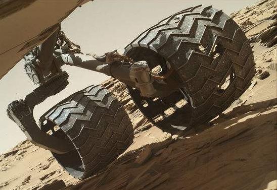 尴尬了!好奇号的轮胎破了个大洞,谁去给它换胎呢?
