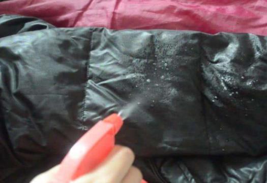 冬天洗羽绒服手被冻得通红?家政阿姨教你一招,不沾水也能洗干净