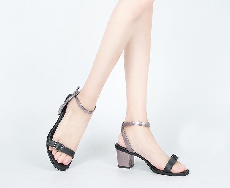 简约中跟凉鞋, 大方露趾设计, 展现修长双脚