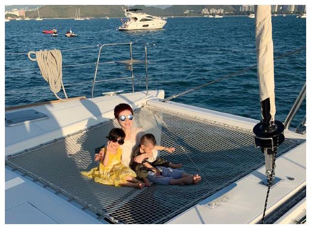阔太金巧巧重出江湖!一家人坐豪华游艇出海玩,43岁活成23岁