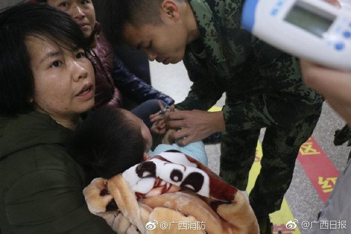 广西北海:2岁男孩玩轴承手指被卡 哭得消防蜀黍都心疼