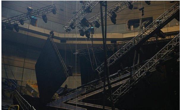 演唱会彩排掉落超大LED荧幕,萧敬腾大喊:全体撤退!