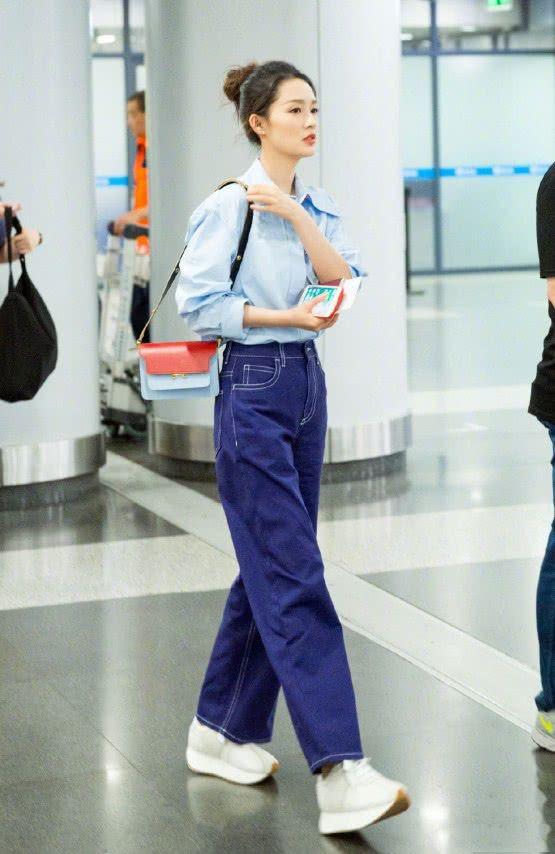 李沁这造型可以,鞋子就像用金属皮包做成的一样,轻松点亮时髦度