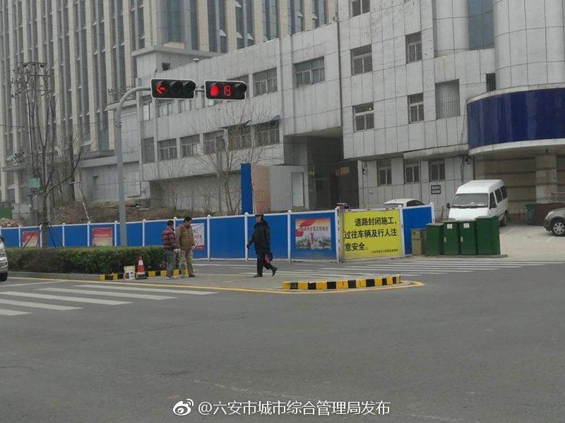 市政处开展城区中央隔离带反光油漆工作