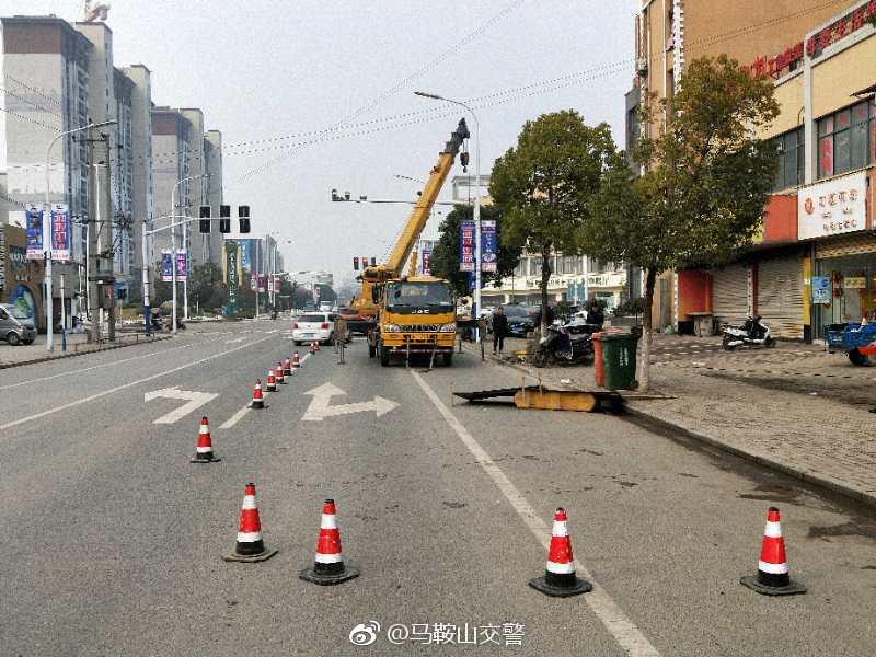 目前,博望新合路邰坊路口段正在进行监控设备安装施工