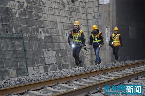 为春运保驾护航!铁路通信工背50多斤重设备行走32000步