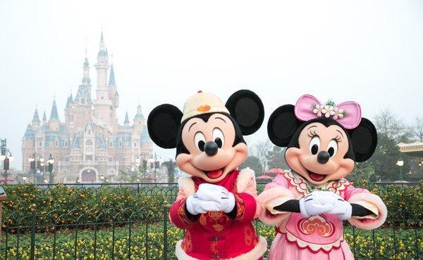 上海迪士尼度假区开启新春节庆,为传统年俗体验更添神奇