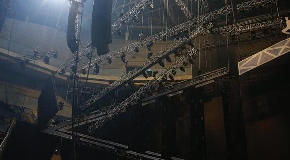 萧敬腾高雄演唱会惊传意外!LED悬吊高空滑落,他四面鞠躬道歉