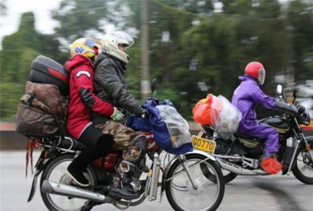 火车汽车那么方便,为啥还要骑摩托车回家过年?农民工这样说