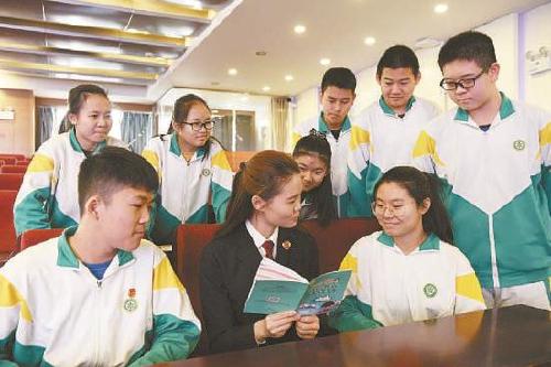图为该院检察官与学生进行互动。