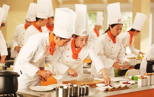 中国人的厨房只有一把菜刀, 再看外国人的厨具? 武功再高也怕