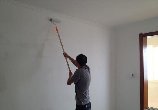 贴墙纸还要找工人?看看这个窍门让你想换就换!
