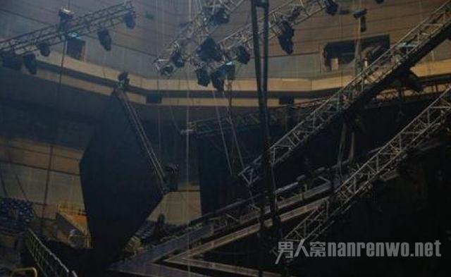 萧敬腾演唱会发生意外 LED大屏幕突然坠落!