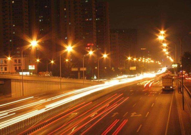 每晚上亿盏路灯都开着,耗费的电费都由谁来出?