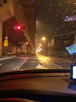 市民感谢韩国瑜修路灯铺路 网友惊呼:高雄以前这么惨